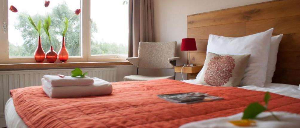 Lekker logeren in een van de vier gastenkamers; deze heeft het mooiste uitzicht,  over de rivier de Merwede.